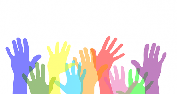 mani alzate volontari
